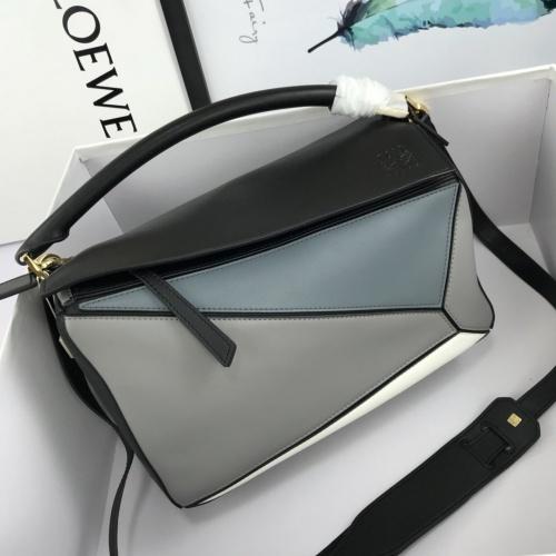 LOEWE AAA Messenger Bags For Women #824082