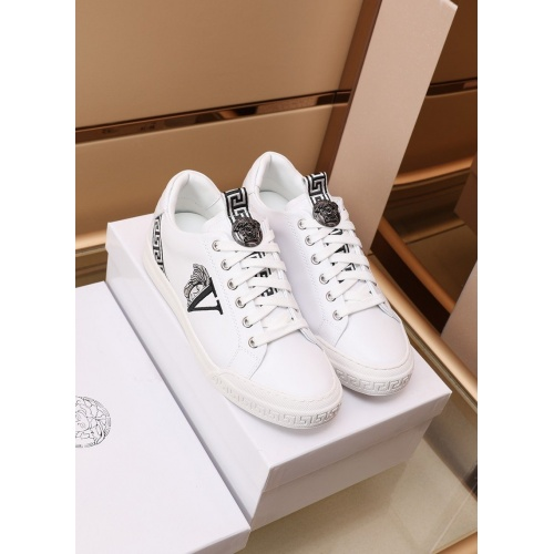 Versace Casual Shoes For Men #868836
